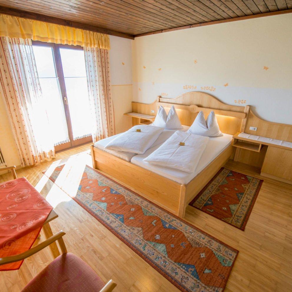 Hotelzimmer mit Doppelbett in Kärnten