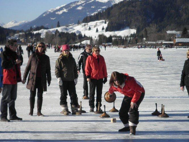 Gruppe beim Eisstockschießen in Kärnten